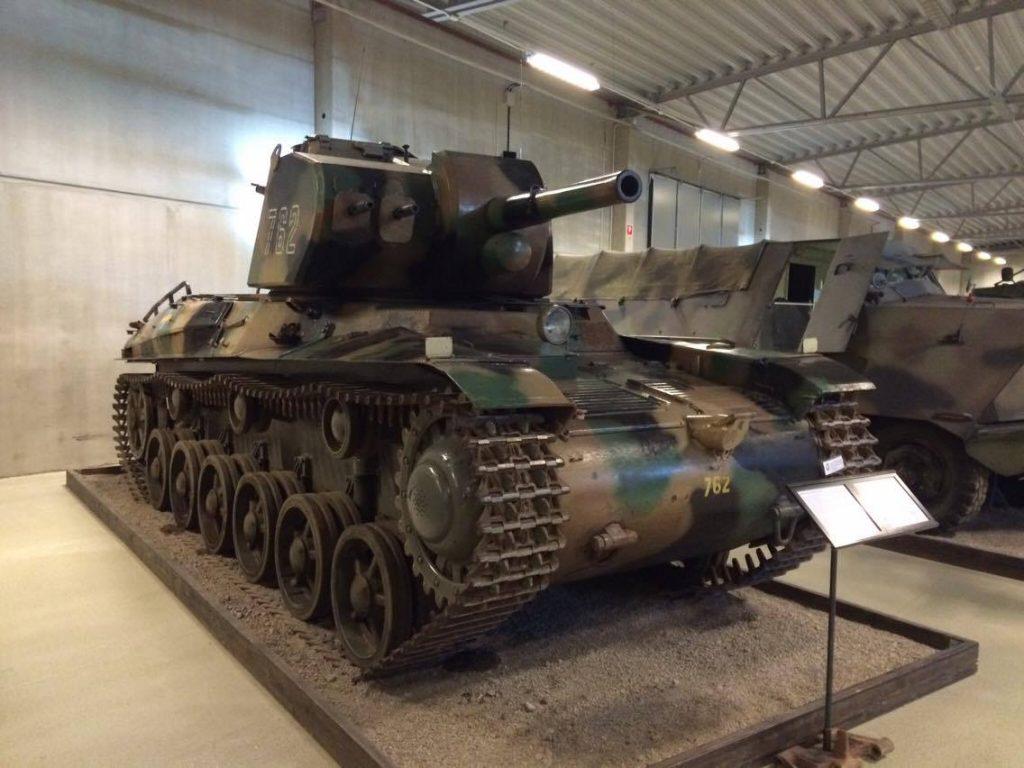 """""""İkinci Dünya Savaşı ilerledikçe elimizdeki ekipmanın çok geride kaldığını fark ettik ve ortaya arkamda gördüğünüz 75mm toplu Strv m/42 çıktı. Biz buna ağır tank dedik ama sadece 22 ton ağırlığındaydı ve 1943 yılında savaş meydanına indiğinde çoktan demode kalmıştı bile."""""""